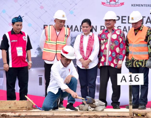 Presiden Jokowi Resmikan Program Penyediaan Rumah Berbasis Komunitas di Garut